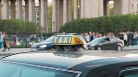 St Petersburg, Russia - 11 maggio 2019: Segno del taxi e a quadretti sul tetto della fine dell'automobile su stock footage
