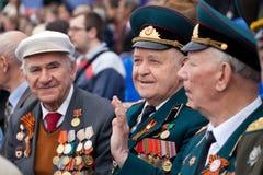 St Petersburg /RUSSIA - MAJ 9: Den gamla veteran av WWII dekorerar Royaltyfri Fotografi
