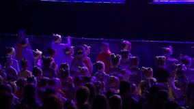 ST PETERSBURG, RUSSIA - 11 MARZO 2018: La gente che balla al concerto in club video d archivio