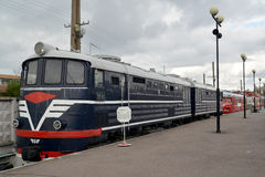 ST petersburg russia Passagerarelokomotivet av kostnader TE-013 på plattformen Arkivfoto