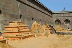 ST petersburg russia Plattformen med sandiga skulpturer på Peter och Paul Fortress Royaltyfria Bilder