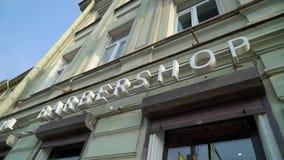 ST PETERSBURG, RUSSIA - 22 SETTEMBRE 2018: Aria aperta del testo di logo del negozio di barbiere in una città archivi video