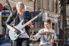 St Petersburg, Russia-settembre 09,2016: Il musicista della via gioca sulla via di St Petersburg Immagine Stock Libera da Diritti