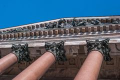 St Petersburg, Russia - 24 settembre 2017: Un frammento della colonnato del granito della facciata della cattedrale del ` s della Immagini Stock