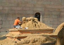 ST petersburg russia Skulptören klipper ut en byst från sand Royaltyfri Bild