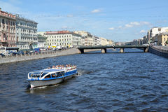 ST petersburg russia Utfärdskeppet med turister svävar ner floden till Fontanka i den soliga dagen Arkivbild