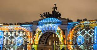 St Petersburg, Russie - 31 décembre 2017 : Exposition légère sur l'avant du bâtiment d'état-major sur la place de palais An neuf Photographie stock