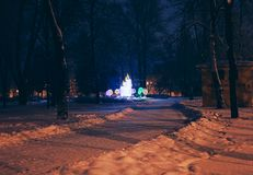 St Petersburg, Russie - 30 décembre 2014 : Sculpture en ` s de nouvelle année dans la place de Kolpino, paysage de ville de nuit images libres de droits