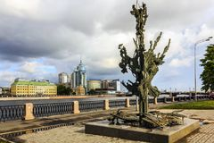 St Petersburg, Russie - 1er juillet 2015 : Alfred Nobel Monument à St Petersburg, Russie Vue nuageuse de jour Photographie stock libre de droits