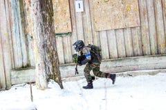 St Petersburg, Russie - 21 février 2016 : Grand jeu annuel de scénario de paintball 'jour M' dans le club de Snaker Photo libre de droits