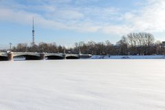 ST PETERSBURG, RUSSIE - 24 janvier 2019 : Vue de pont de Kamennoostrovsky et de la tour de TV de Malaya Nevka River dans le St photos libres de droits