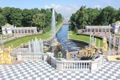 ST PETERSBURG, RUSSIE - 8 juillet 2014 : Fontaines grandes de cascade dans le palais de Peterhof Photographie stock