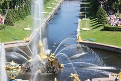 ST PETERSBURG, RUSSIE - 8 juillet 2014 : Fontaines grandes de cascade dans le palais de Peterhof Photo stock