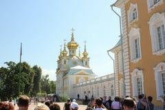 ST PETERSBURG, RUSSIE - 8 juillet 2014 : Fontaines grandes de cascade dans le palais de Peterhof Photo libre de droits