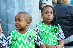 St Petersburg, Russie - 26 juin 2018 : Deux jeunes fans d'équipe de football de ressortissant du Nigéria image stock