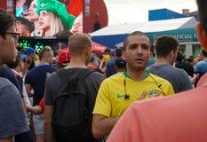 ST PETERSBURG, RUSSIE - 17 JUIN 2018 : Le Brésilien chante l'hymne national avec sa main sur son coeur Photos libres de droits