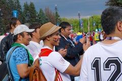 ST PETERSBURG, RUSSIE - 15 JUIN 2018 : Le fan marocain se réjouit dans une performance colorée avant le match sur la coupe du mon Photo stock