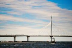 St Petersburg, Russie - 28 juin 2017 : Pont en automobile au-dessus de la baie à St Petersburg images stock
