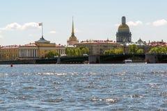 St Petersburg, Russie - 4 juin 2017 Vue de pont de palais, Amirauté, cathédrale de St Isaacs Photographie stock libre de droits