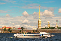 St Petersburg, Russie - 28 juin 2017 : Vue panoramique de Peter et de Paul Fortress de Neva River à St Petersburg photos libres de droits