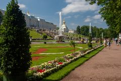 St Petersburg, Russie-Jule 29, 2018 Fontaines de la grande cascade dans Peterhof photo stock