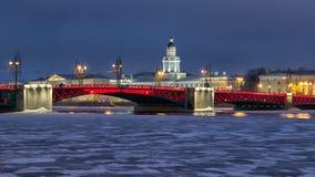St Petersburg Russie La passerelle de palais Photos libres de droits