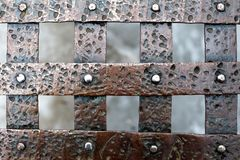 St Petersburg, Russie, le 10 mars 2019 Fragment d'un trellis en bronze avec des rivets comme base du fond images stock