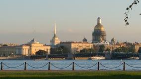 ST PETERSBURG, RUSSIE : Les gens marchent sur un remblai de forteresse de Peter et de Paul le soir Photographie stock