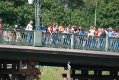St Petersburg Russie Les gens sur le pont d'Ioannovsky Photographie stock libre de droits