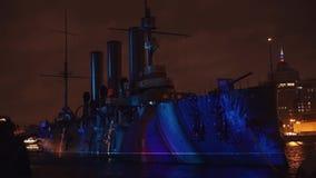 ST PETERSBURG, RUSSIE - 4 NOVEMBRE : cartographie 3D La projection des chiffres colorés sur l'aurore de croiseur banque de vidéos