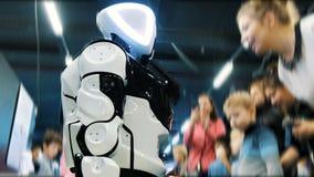 St Petersburg, Russie - 12 novembre 2018 : Les gens regardent un robot de promo de robot de cyborg banque de vidéos
