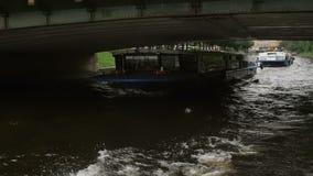 ST PETERSBURG, RUSSIE - 25 septembre 2016 Autobus de rivière allant sous le pont Les gens et les autobus sur le pont MOIS lent banque de vidéos