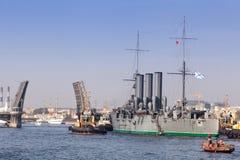 St Petersburg, Russie - SEPTEMBRE 21,2014 : Remorquage du croiseur Photo libre de droits