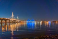 St Petersburg, Russie Vues a?riennes au Golfe Finlande Centre de Lakhta de gratte-ciel L'ar?ne de z?nith de stade a illumin? par photographie stock