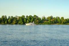 St Petersburg Russie 05 2018 Yachts sur la rivière de NEVA Photos libres de droits
