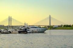 St Petersburg Russie 05 2018 Yachts sur la rivière de NEVA Image stock