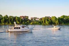 St Petersburg Russie 05 2018 Yachts sur la rivière de NEVA Images libres de droits