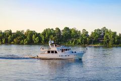 St Petersburg Russie 05 2018 Yachts sur la rivière de NEVA Photo stock