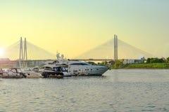 St Petersburg Russie 05 2018 Yachts sur la rivière de NEVA Photographie stock