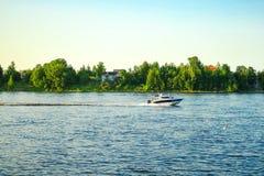 St Petersburg Russie 05 2018 Yachts sur la rivière de NEVA Image libre de droits