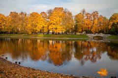 St Petersburg, Russland - Ansicht an der Brücke im Park bei Sonnenuntergang stockfotografie