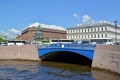 St. Petersburg, Russland Ansicht des blauen Brücke und St. Isaac ` s quadrieren Lizenzfreie Stockbilder