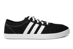 St. PETERSBURG, RUSSLAND - 28. August 2014: ADIDAS tragen Schuh auf weißem Hintergrund zur Schau Lizenzfreie Stockfotos