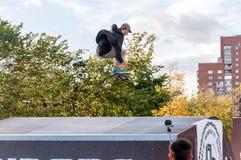 ST PETERSBURG, RUSSLAND AM 29. AUGUST 2015: EXTREMES FESTIVAL IM 300-JÄHRIGEN PARK, SKATEBOARD-REITER Lizenzfreie Stockfotografie