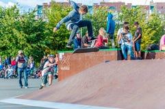 ST PETERSBURG, RUSSLAND AM 29. AUGUST 2015: EXTREMES FESTIVAL IM 300-JÄHRIGEN PARK, SKATEBOARD-REITER Lizenzfreies Stockbild