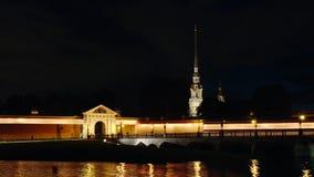 St Petersburg, Russland: Belichteter Peter und Paul Fortress in der Nacht stock footage