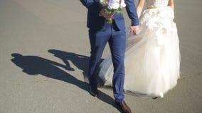 St Petersburg, Russland-Braut und Bräutigam, die entlang gehen die Braut und der Bräutigam gehen auf das Quadrat nahe dem Winter  Lizenzfreies Stockbild