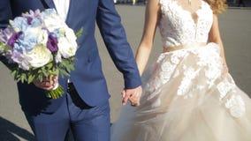 St Petersburg, Russland-Braut und Bräutigam, die entlang gehen die Braut und der Bräutigam gehen auf das Quadrat nahe dem Winter  Lizenzfreie Stockfotografie
