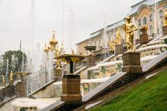 St Petersburg, Russland - circa im Juni 2017: Großartige Kaskade in Pertergof oder Peterhof in St Petersburg, bekannt als Petrodv Stockbild