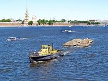 St. Petersburg, Russland Das Schleppseil zieht Trichterlastkahn über Neva stockfotografie